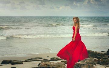 камни, девушка, пейзаж, море, блондинка, горизонт, взгляд, модель, океан, волосы, лицо, красное платье