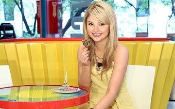 девушка, платье, блондинка, улыбка, кафе, взгляд, конфеты, стул, актриса, певица, браслет, столик, цепочка, сарафан, стефани скотт