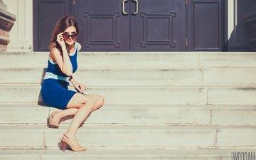 девушка, взгляд, очки, ножки, фотограф, красотка, ступени, шатенка, сидя, aaron woodall