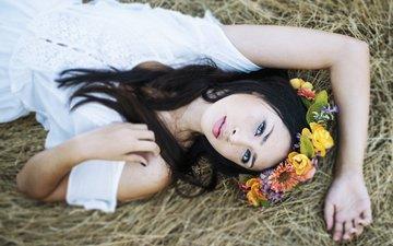 цветы, девушка, брюнетка, лежит, солома, венок