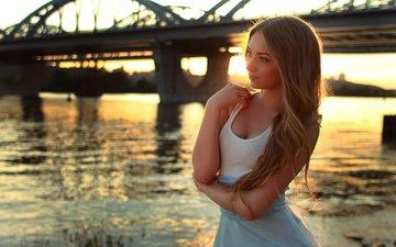 закат, девушка, поза, блондинка, улыбка, мост, взгляд, локоны, маечка, юбочка