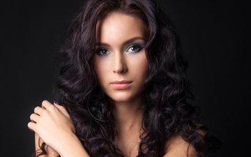 рука, девушка, фон, брюнетка, взгляд, модель, кудри, плечи, волосы, макияж, тени