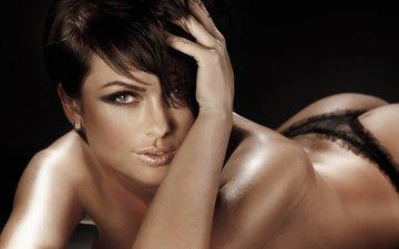 девушка, лежит, спина, волосы, руки, макияж, тени, стрижка, карие глаза