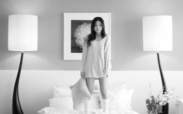 цветы, девушка, интерьер, подушки, картина, чёрно-белое, азиатка, спальня, лампы