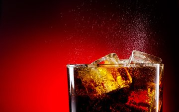 напиток, лёд, пузырьки, красный фон, кока-кола