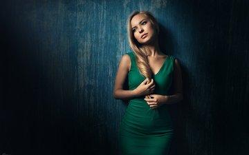 девушка, платье, блондинка, портрет, стена, фигура, зеленое, длинноволосая, георгий чернядьев, виктория пичкурова