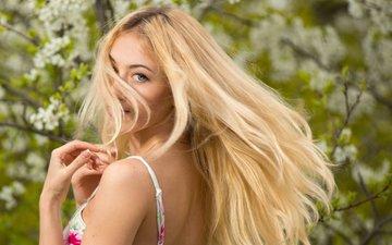 деревья, девушка, платье, блондинка, взгляд, красавица, весна, милая, цветки, боке, нежная, прелесть, голубоглазая, длинноволосая, яна кузьмина, антон печкуров
