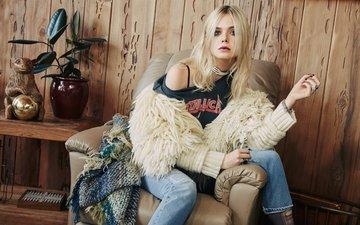 блондинка, модель, сидит, джинсы, актриса, кофта, ваза, плед, футболка, в кресле, столик, фотосессия, нейлон, 2015 год, эль фаннинг, olivia malone, элли фаннинг