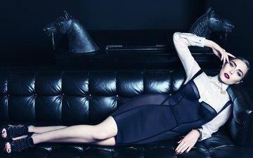 стиль, платье, лежит, модель, фотограф, актриса, макияж, журнал, прическа, фигура, на диване, vogue, элизабет олсен, tom munro