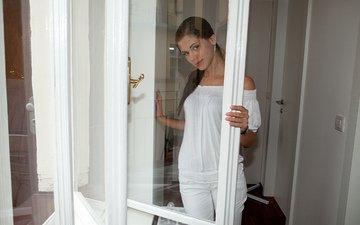 брюнетка, взгляд, модель, стекло, прическа, в белом, блузка, стоит, рама, брюки, caprice, литл каприс, у окна