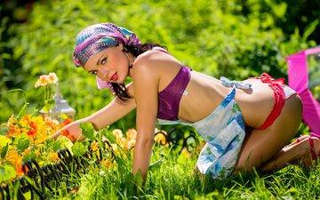цветы, трава, брюнетка, взгляд, модель, кети, двор, белье, попка
