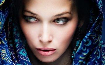 девушка, брюнетка, красавица, зеленые глаза, пирсинг, красивая, покрывало, красива, брюнет, крышка, gевочка