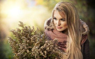 трава, девушка, блондинка, осень, букет, кофта, капюшон
