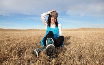 небо, облака, девушка, улыбка, поле, горизонт, волосы, ферма, шляпа