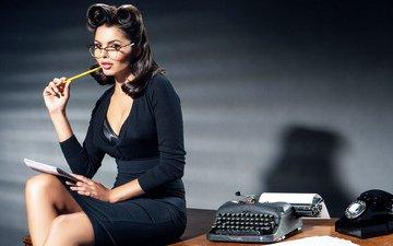 девушка, очки, блокнот