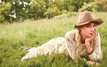 платье, блондинка, лежит, модель, фотограф, актриса, шляпа, лужайка, фотосессия, на природе, на траве, косы, vogue, 2015 год, элизабет дебики, scott trindle