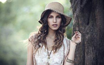 дерево, украшения, девушка, платье, ствол, локоны, шляпа, браслеты, шатенка