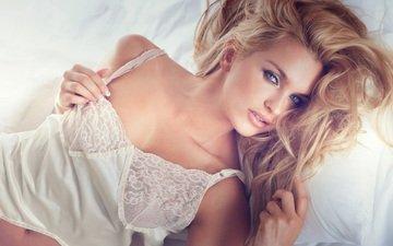 девушка, блондинка, лежит, кровать, макияж