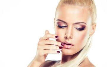 рука, блондинка, модель, волосы, лицо, белый фон, макияж, тени, ресницы, маникюр