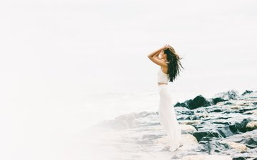 камни, юбка, ветер, шатенка
