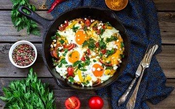 вилка, овощи, нож, помидоры, перец, петрушка, яичница, специи, сковорода
