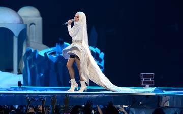 девушка, концерт, певица, белая, мода, ступени, гастроли, живые, поп, знаменитость, в платье, леди гага, artpop, artrave, музыкa, цыганка, вокалист