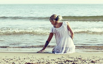 берег, девушка, блондинка, песок, татуировки, сарафан