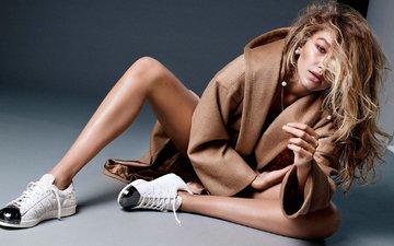 девушка, поза, взгляд, модель, сидит, фотограф, прическа, пальто, на полу, vogue, 2015 год, джиджи хадид, alique, гиги хадид