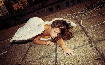 рука, девушка, поза, крылья, модель, ангел, лицо, здания, крыша, белое платье, длинные волосы