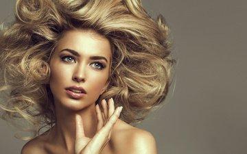 глаза, рука, девушка, фон, блондинка, взгляд, модель, кудри, волосы, губы, прическа