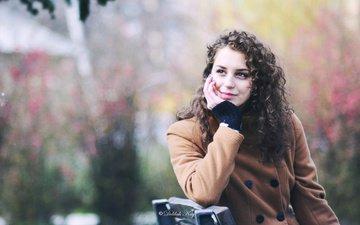 девушка, парк, улыбка, взгляд, весна, лавка, шатенка, пальто, кареглазая, кудряшки