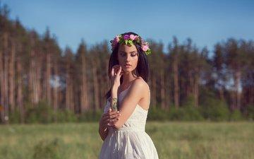 деревья, природа, лес, девушка, платье, портрет, поле, брюнетка, красавица, модель, тату, венок, красивая, сосна, боке, прикосновение, привлекательная, сарафан, алла, алла бергер, андрей лисовский, сексапильная