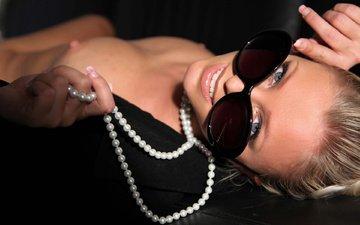 девушка, блондинка, улыбка, взгляд, черный, грудь, лицо, руки, украшение, жемчуг, эротика, солнечные очки, ногти, пиджак