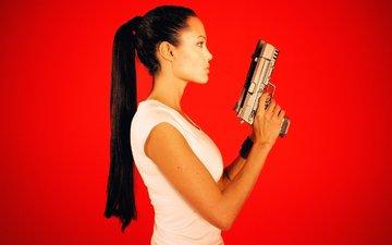 оружие, профиль, волосы, лицо, актриса, анджелина джоли, хвост, пистолеты, красный фон, лара крофт, расхитительница гробниц