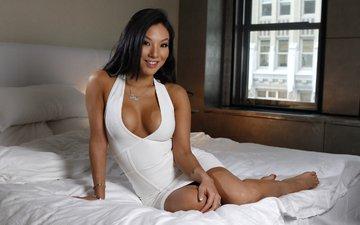 девушка, улыбка, брюнетка, модель, окно, кровать, азиатская, аса акира