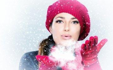 снег, новый год, рука, зима, девушка, лицо, шапка, праздник, перчатки, встреча нового года, елочная