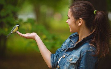 рука, девушка, улыбка, брюнетка, взгляд, модель, профиль, волосы, лицо, птичка, синичка, джинсовка, audrey