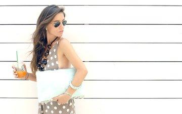 девушка, стена, модель, бокалы, мода, сок