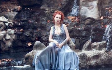 вода, скалы, листья, девушка, отражение, платье, грудь, волосы, губы, каскад, ожерелья, прямой взгляд