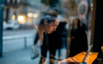девушка, отражение, стекло, ноутбук, deadline