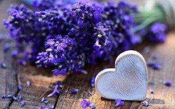 цветы, лаванда, сердечко, сердце, букет, деревянная поверхность