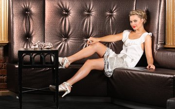 блондинка, улыбка, красавица, ножки, диван, смайл, блонд, марго робби
