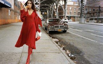 дорога, платье, брюнетка, модель, фотограф, сумочка, машины, тротуар, в красном, идёт, elle, dan martensen, белла хадид, по улице