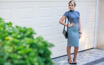 девушка, ворота, сумочка, гараж, высокие каблуки, модел