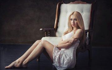 девушка, поза, блондинка, портрет, красавица, ножки, кресло, красивая, красива, симпатичная, прелесть, голубоглазая, длинноволосая, яна кузьмина, dmitrij butvilovskij, яна
