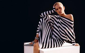 платье, поза, блондинка, белый, модель, фотограф, черный фон, куб, макияж, прическа, vogue, 2015 год, patrick demarchelier, anna ewers, анна эверс, полосатое