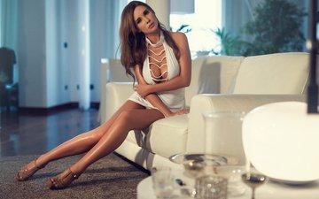 девушка, платье, брюнетка, ножки, милая, белое, диван, красивая, gевочка, kirstin, модел