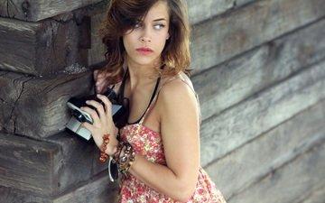 девушка, фотоаппарат, браслеты