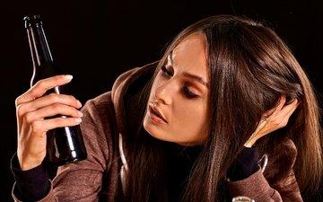девушка, сидит, черный фон, кофта, бутылки, печаль, задумалась, тоска, шатенка