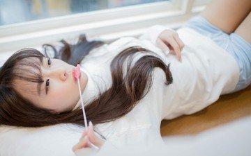 девушка, взгляд, лежит, волосы, лицо, азиатка, конфета, леденец, азиантка, лединец